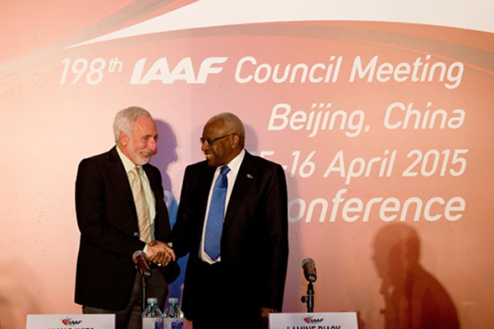 Il presidente della IAAF Lamine Diack ed il promotore di Eugene 2021, Vin Lananna (a destra)