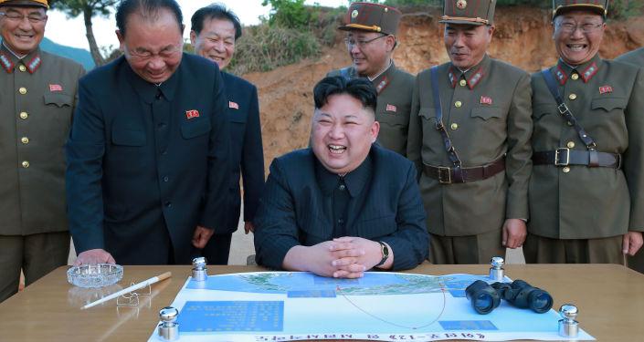 Il leader coreano Kim Jong Un osserva il lancio del missile a media gittata Hwasong-12 (Mars 12)