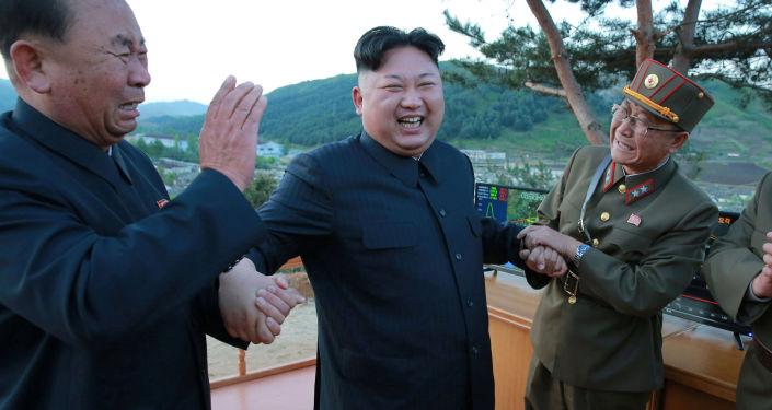 I generali dell' Esercito Popolare Coreano ed il leader Kim Jong Un esultano dopo il lancio del missile