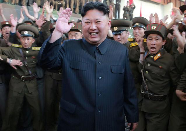 Kim Jong-un esulta tra i militari dopo un test missilistico (foto d'archivio)