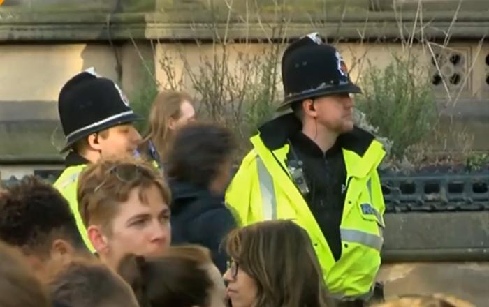 Gli abitanti di Manchester rendono omaggio alle vittime dell'attentato