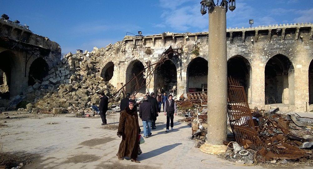 Turisti all'interno della Grande Moschea danneggiata