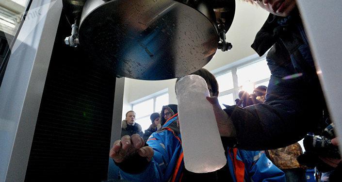 L'esame di un campione di ghiaccio al centro studi sul clima dell'Università di Vladivostok