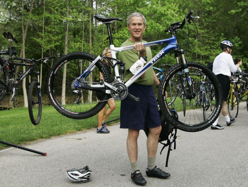 L'ex presidente statunitense George Bush con la sua bicicletta (foto d'archivio, 2007)