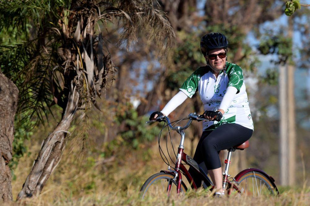 L'ex presidente brasiliano Dilma Rousseff va in bicicleta.
