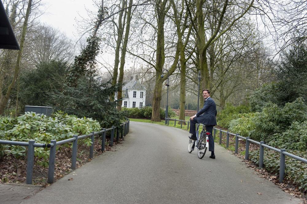 Il premier olandese Mark Rutte va in bicicletta.