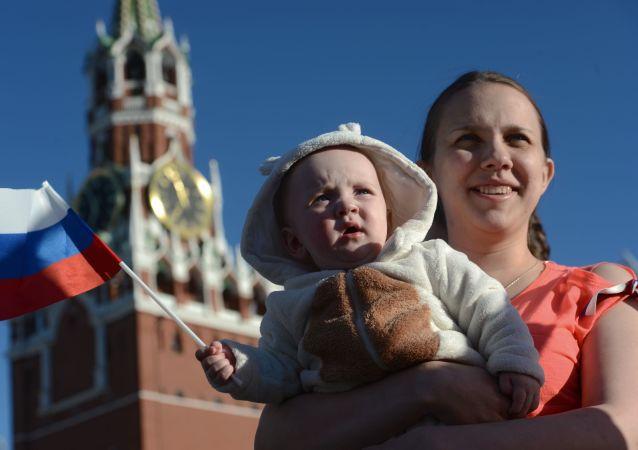 Una partecipante al concerto dalla Rus' alla Russia per la Giornata della Russia alla piazza Rossa a Mosca.