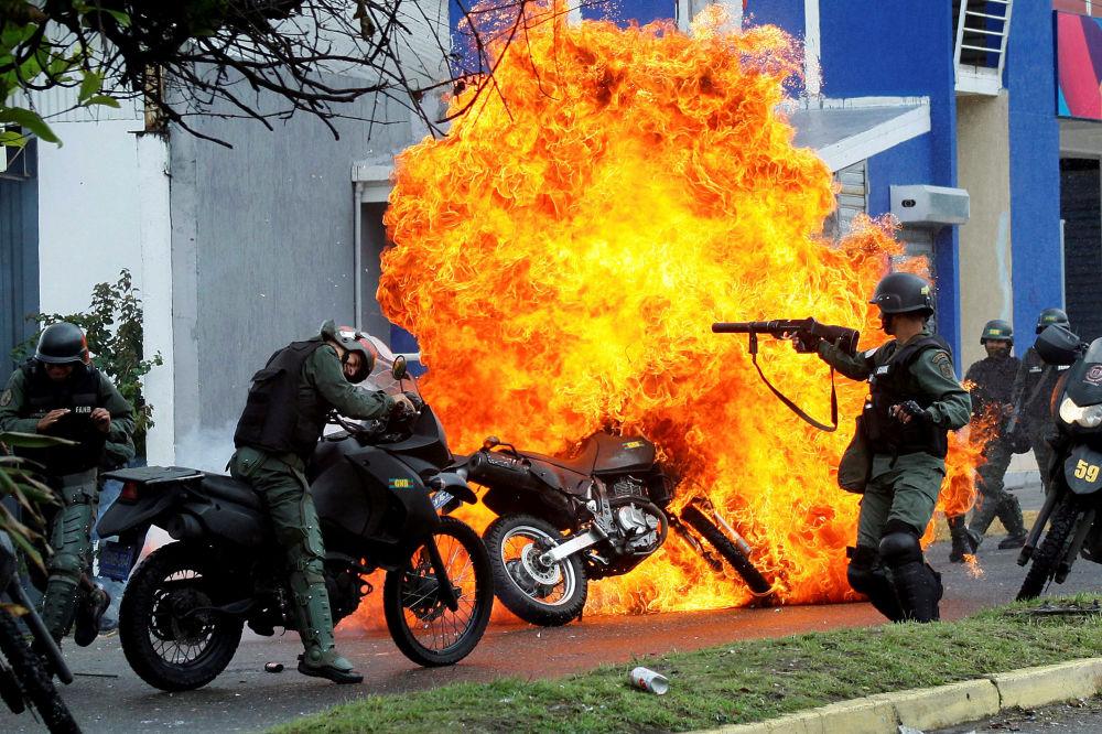 Un gruppo di poliziotti visto durante gli scontri con i manifestanti contro la politica di Nicolas Maduro.