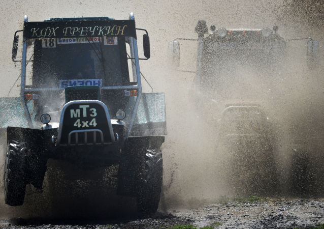 I partecipanti della gara durante la corsa dei trattori il Bizon-Track-Show nella regione di Rostov.