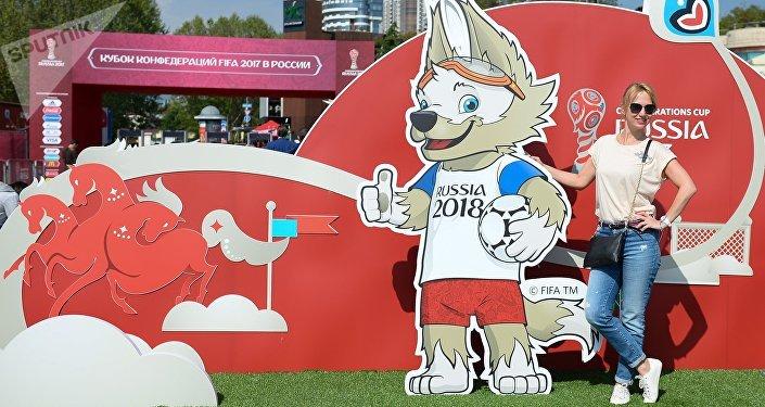 Una ragazza russa posa davanti alla mascotte della Confederations Cup 2017 in Russia