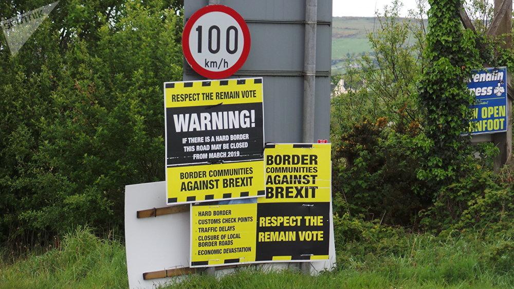 Posters e segnali sulla strada di frontiera