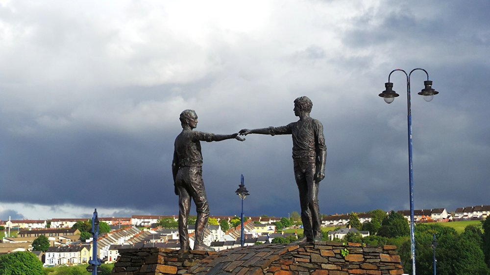 Hands Across the Divide, il monumento a Derry