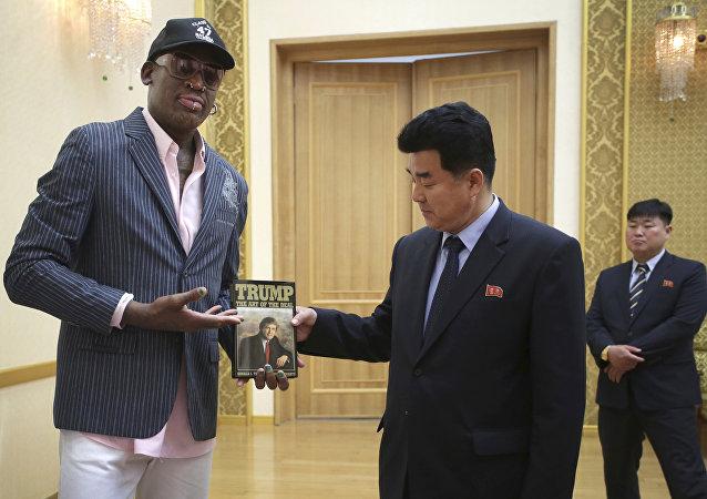 Regalo di Dennis Rodman al ministro dello Sport nordcoreano Kim Il-guk