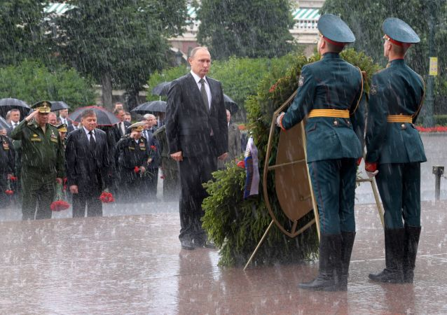 Putin rende omaggio alla tomba del milite ignoto