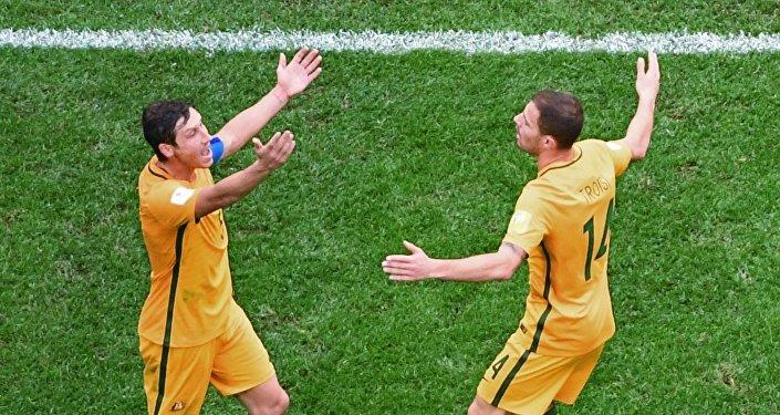 Confederations Cup 2017, Camerun - Australia: Troisi e il suo compagno Milligan protestano per una decisione dell'arbitro