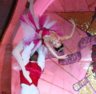 il balletto del teatro Bolshoi si esibisce nella metropolitana di Mosca