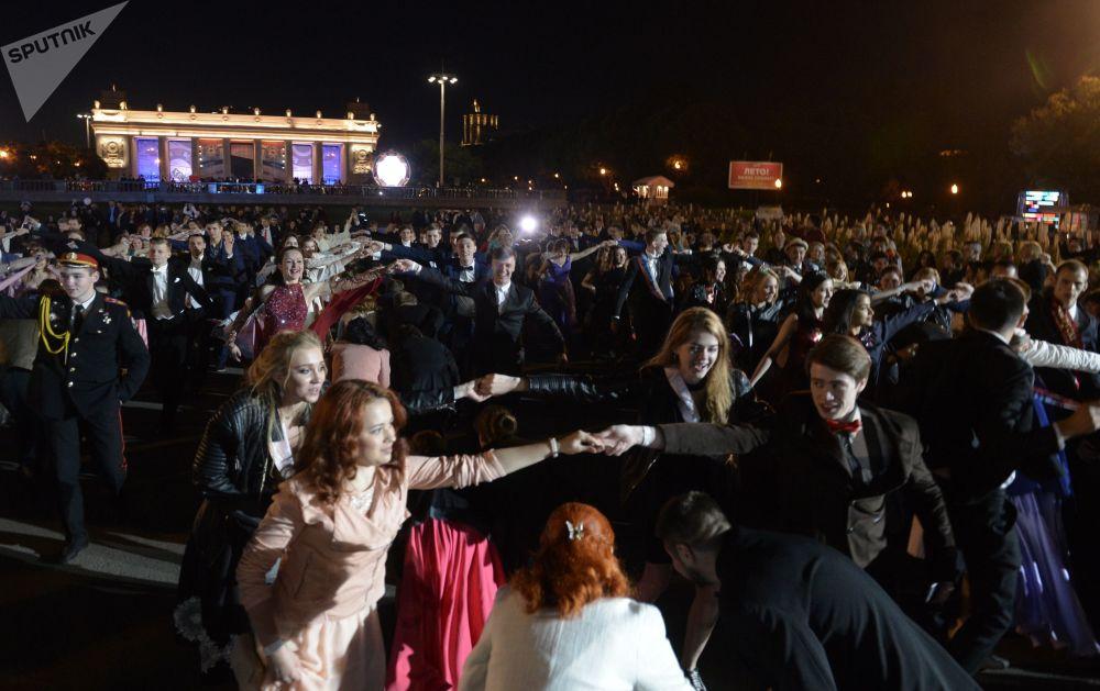 La festa di maturità nel Parco di Gorkiy a Mosca.