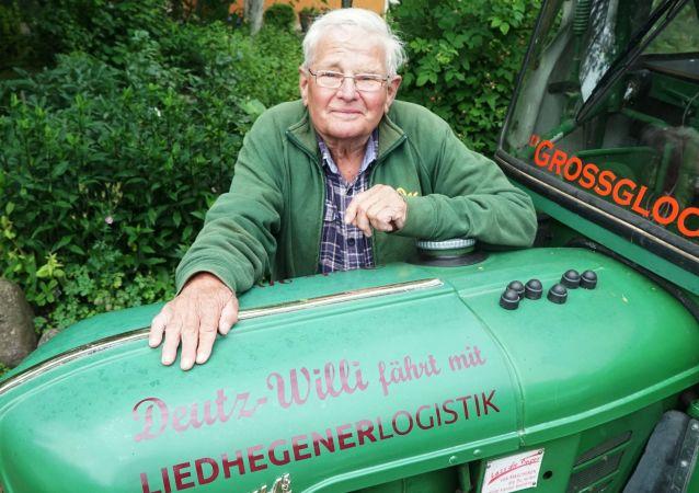 Winfried Langner, pensionato tedesco che raggiunto San Pietroburgo dopo essere partito a bordo di un trattore da Lauenförde, Germania