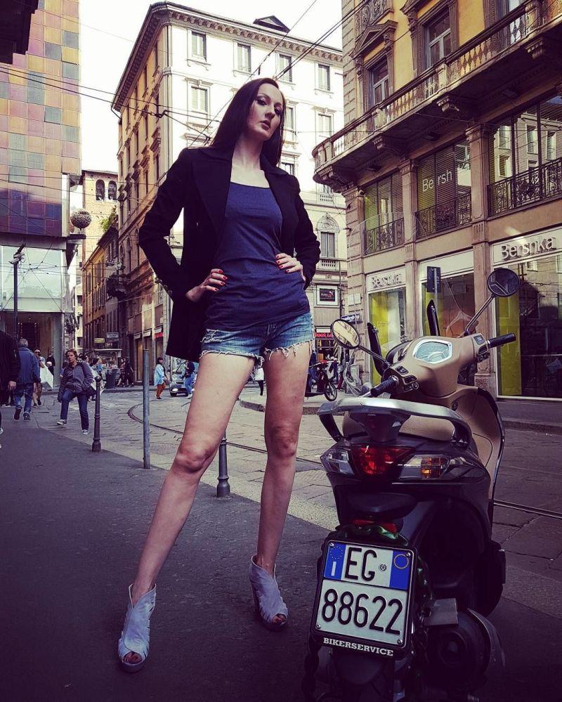 La donna russa con le gambe più lunghe del mondo