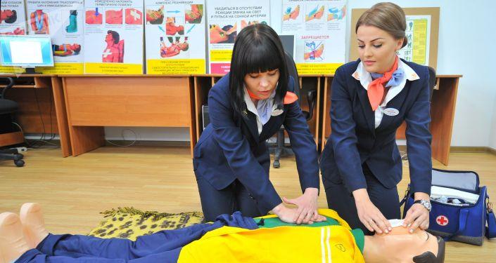 Due hostess Aeroflot durante un corso di addestramento
