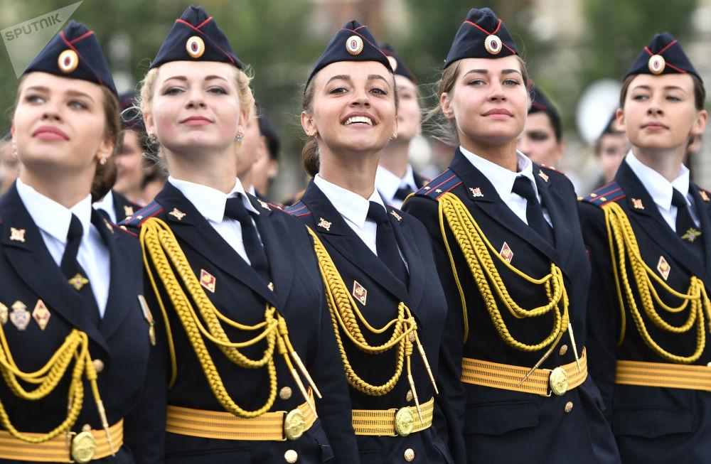 La festa delle allieve della Polizia russa sulla piazza Rossa