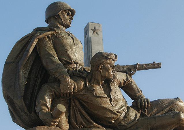 Un monumento dedicato alle truppe sovietiche a Varsavia