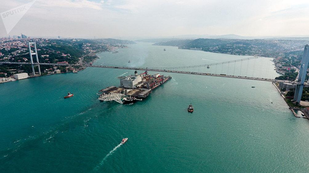 Una nave in transito nel Bosforo per la costruzione del gasdotto TurkStream