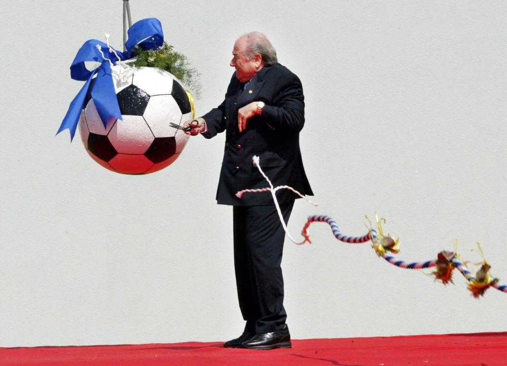 Presidente Fifa Joseph Blatter dà inizio alle costruzioni della nuova sede della Fifa, 2004.