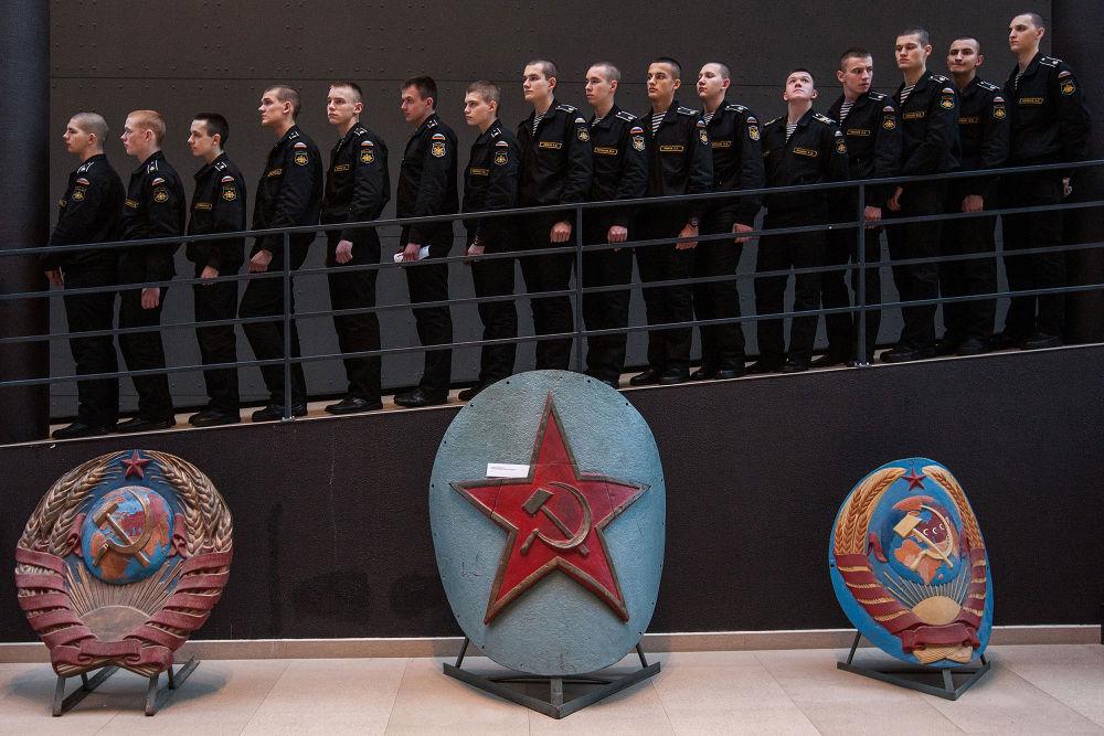 La fotografia del russo Aleksey Loshilov Gità al Museo, I° posto al Concorso Internazionale di fotogiornalismo in memoria di Anrej Stenin, nella categoria Vita Quotidiana - foto unica.