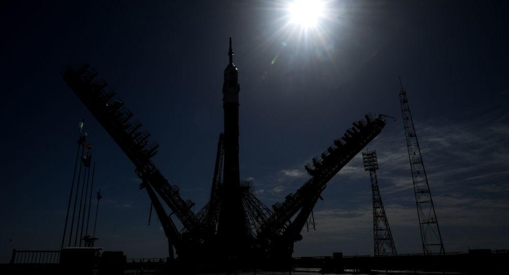 Postazione di lancio al cosmodromo di Baikonur con navicella Soyuz