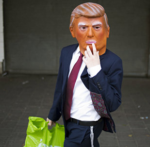 Uomo con una maschera di Trump