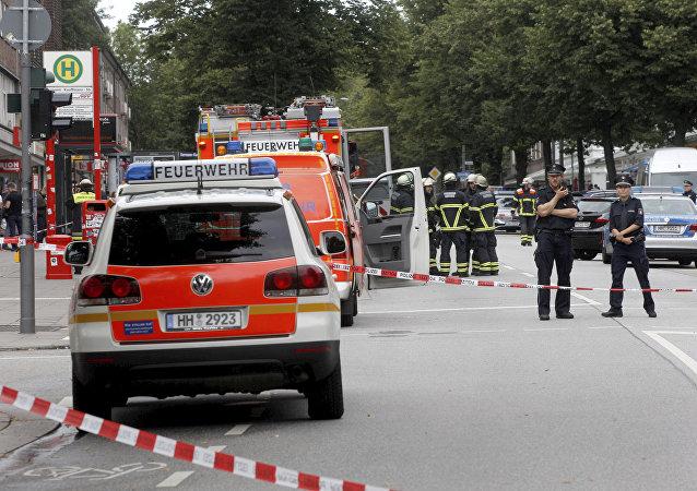Polizia presso il supermercato di Amburgo dove un islamista ha accoltellato a morte una persona