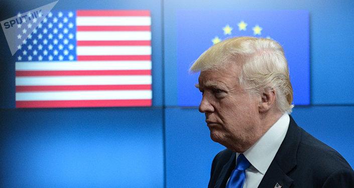 Donald Trump sullo sfondo di bandiere USA e UE (foto d'archivio)
