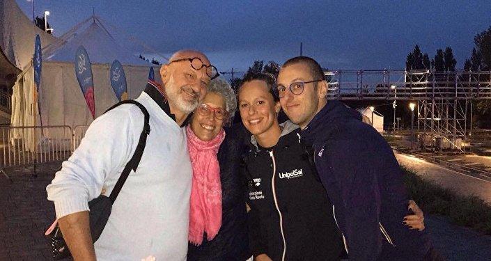 Federica Pellegrini insieme al fratello ed ai genitori dopo la vittoria ai Mondiali di Budapest