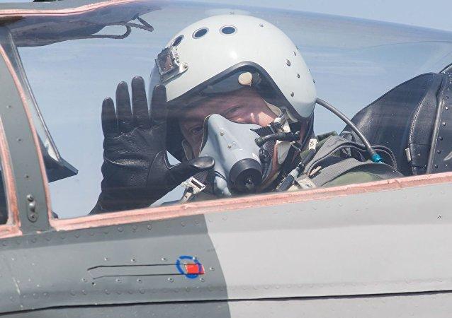 Presidente ucraino Petr Poroshenko a bordo del caccia sovietico MiG-29