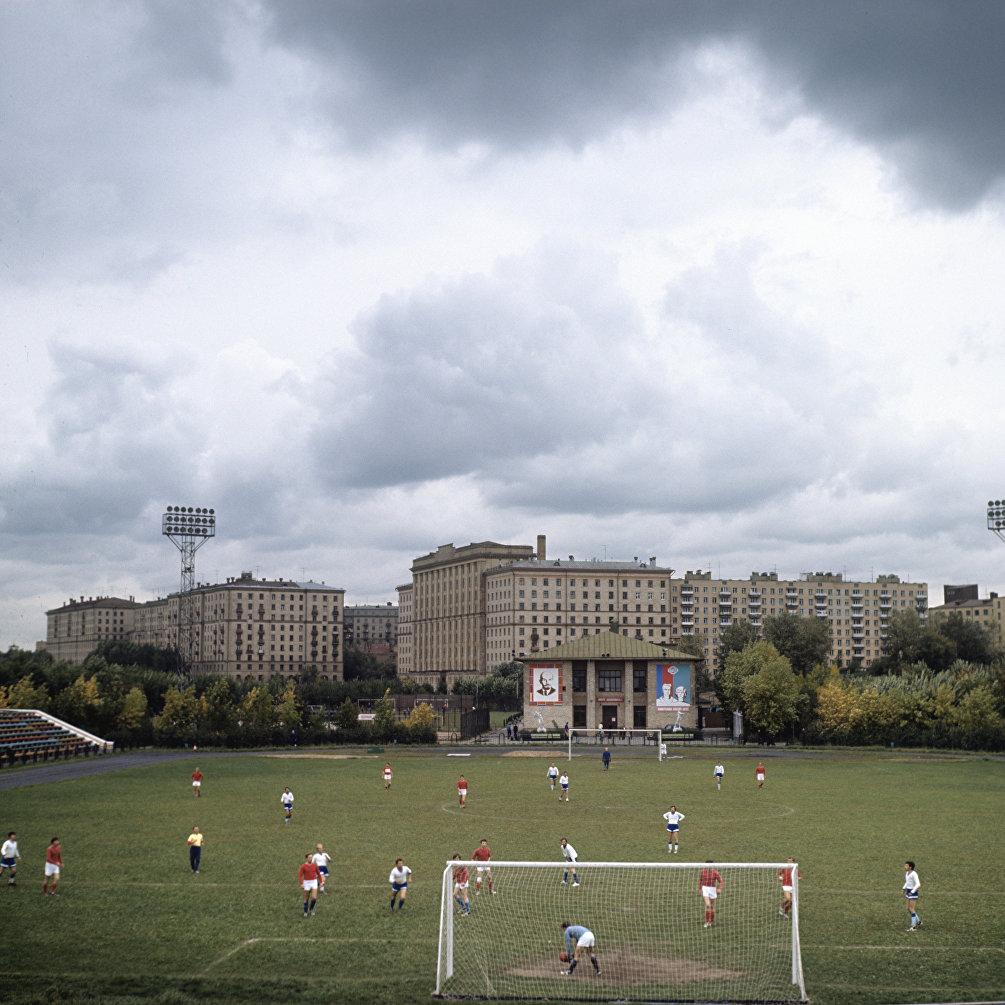 1974, Partita di calcio tra i lavoratori della fabbrica metallurgica Falce e Martello