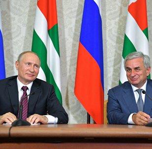 Vladimir Putin con il suo omologo abkhaziano