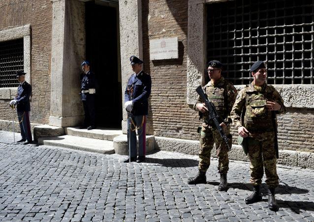 Полицейские и солдаты у ворот прокуратуры Рима по борьбе с мафией