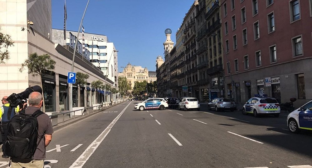 La polizia presidia il perimetro della zona dell'attentato sulla Rambla di Barcellona