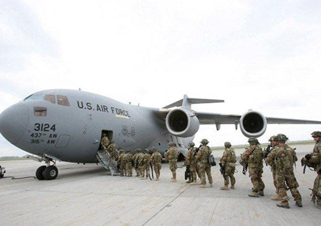 MIlitari americani salgono a bordo di un aereo in Afghanistan