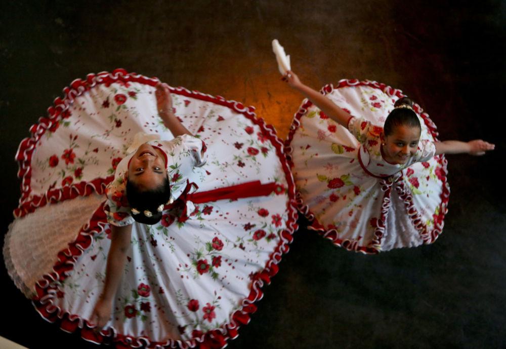 Ragazze transgender danzano in abiti da ballo tradizionali cileni in vista della Giornata dei bambini transgender a Santiago, Cile.