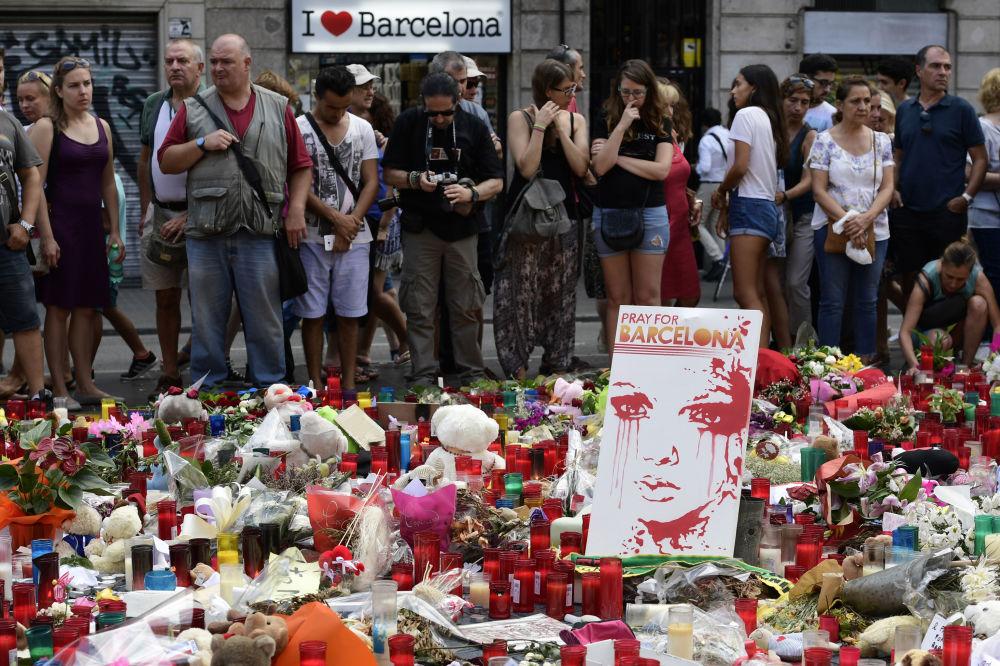 La gente rende omaggio alle vittime dopo l'investimento di una folla a Barcellona, Spagna.