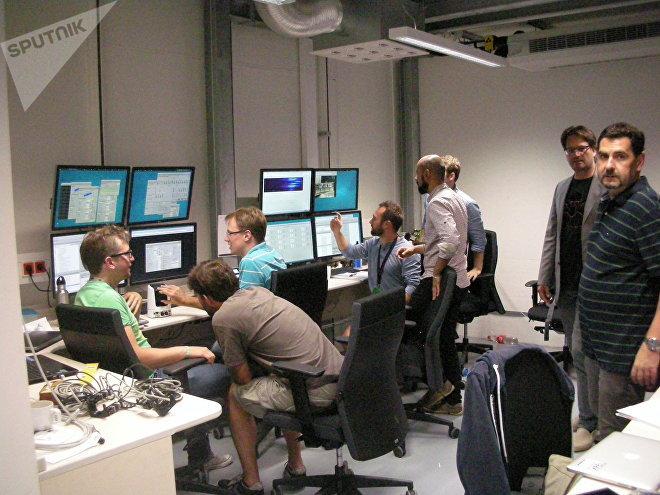 Il centro di controllo dei server della missione, qui gli scienziati osservano i risultati, leggono con schermi indicatori degli esperimenti. Il secondo da sinistra è il dottor Bressler