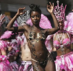 Una modella al carnevale annuo di Notting Hill a Londra.
