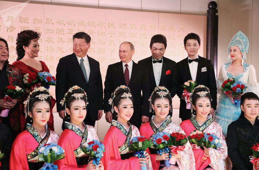 Il presidente russo Vladimir Putin e il presidente cinese Xi Jinping a un concerto a Xiamen.