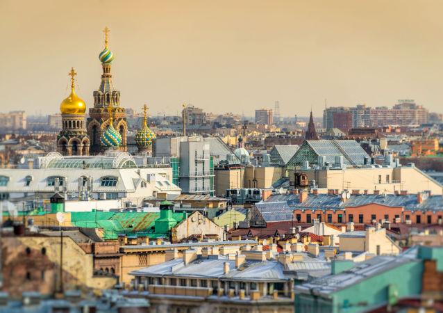 La veduta di San Pietroburgo della chiesa del Salvatore sul Sangue Versato dalla cattedrale di Sant'Isacco