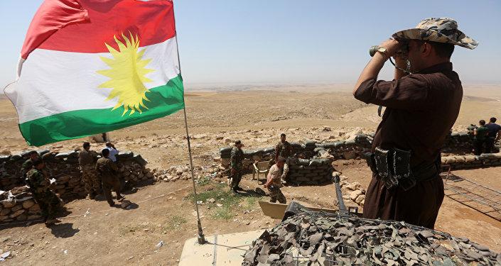 Sventola la bandiera del Kurdistan iracheno tra i peshmerga curdi in lotta contro l'ISIS (foto d'archivio)