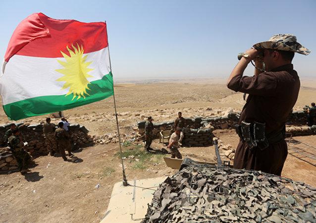 Sventola la bandiera del Kurdistan iracheno tra i peshmerga curdi in lotta contro l'ISIS nel nord dell'Iraq