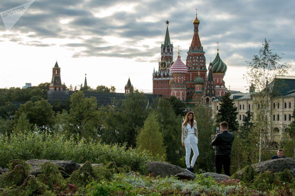 I visitatori del nuovo parco Zaryad'e nel cuore di Mosca.