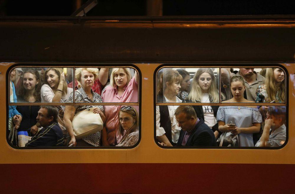 I passeggeri di un tram a Kiev, Ucraina.